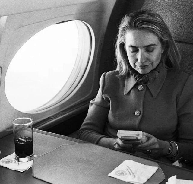 Хиллари Клинтон играет в Game Boy на борту самолёта, 1993 год