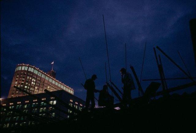 Баррикады протестующих на фоне Белого дома. Москва. Август 1991 года