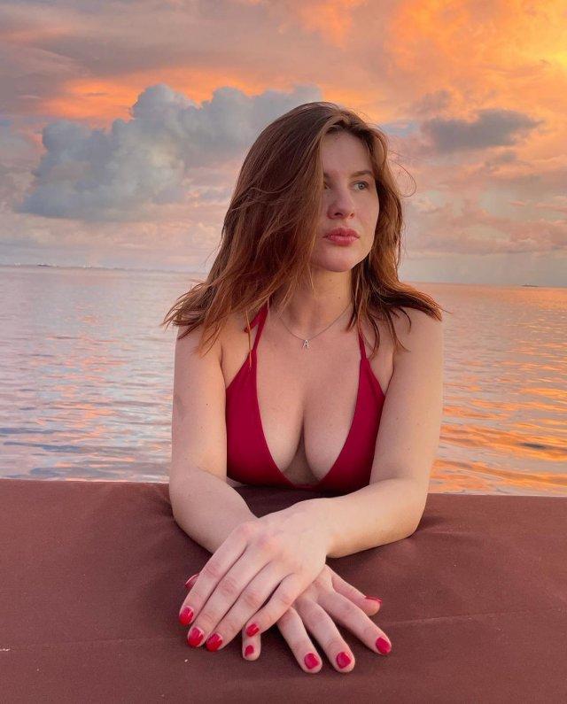 Актриса Анна Цуканова-Котт в красном купальнике