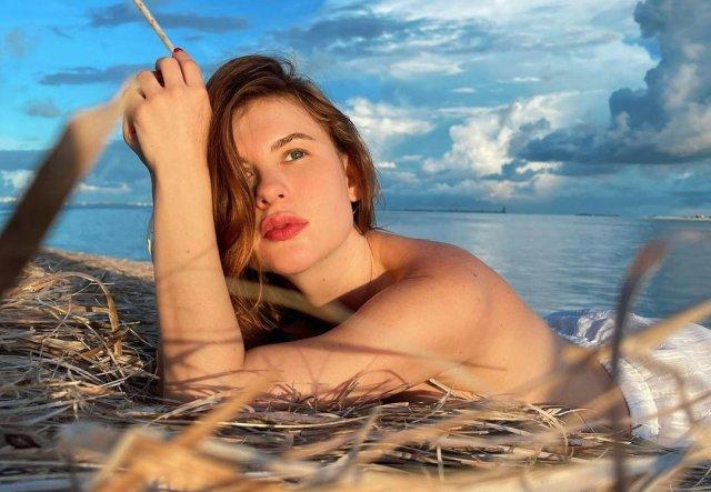 Актриса Анна Цуканова-Котт на пляже