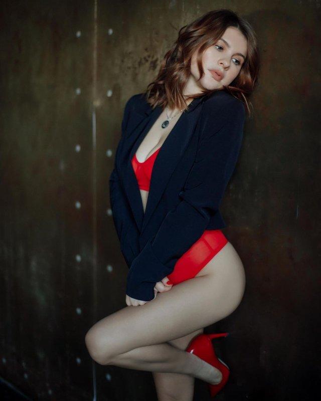 Актриса Анна Цуканова-Котт в черном плаще и красном нижнем белье
