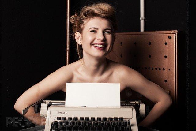 Актриса Анна Цуканова-Котт с печатной машинкой