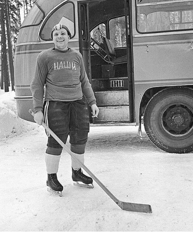 Ю.А. Гагарин играет в хоккей, 1960-е