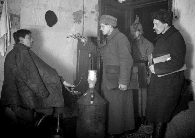 Работники ГПУ арестовывают самогонщика. 1920-й год