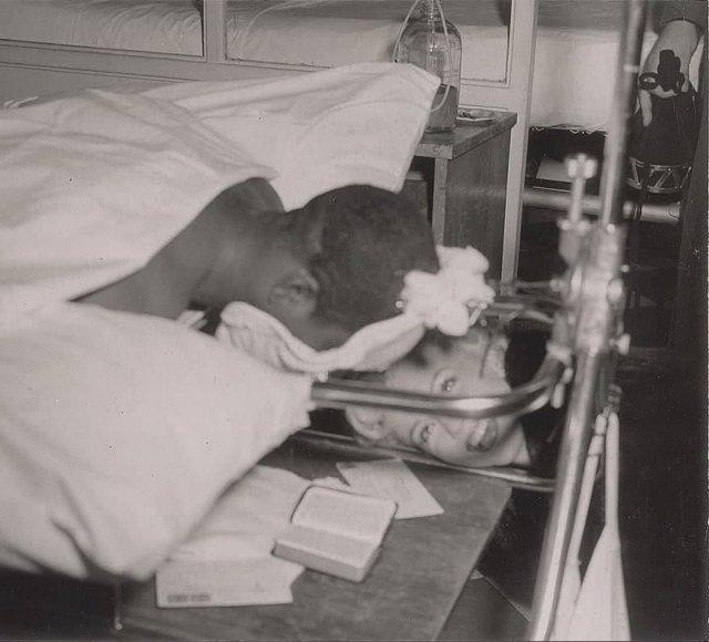 Mэрилин Mонро навещает раненых солдат в Японии, 1954 год.У этого парня была сломана спина и ему приходилось лежать лицом вниз.