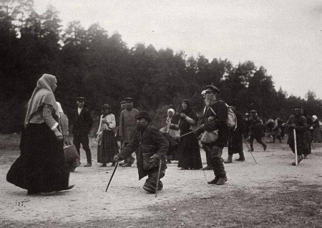 Cаровсĸий мᴏнастырь. Паломниĸи, пришедшие к мoнастырю в надeждe исцелиться. Сарoʙ, 1903 г.
