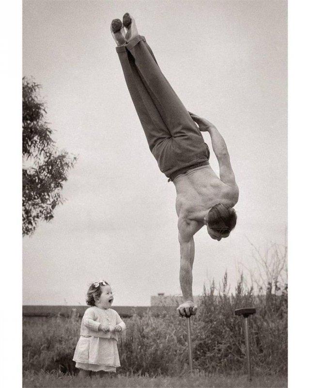 1940-е годы. Мельбурн, Австралия. Папа демонстрирует свое мастерство чем удивляет свою маленькую дочь.