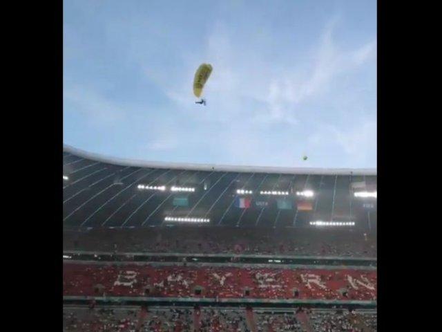 Во время матча между Францией и Германией на территорию стадиона залетел парашютист и чуть не упал