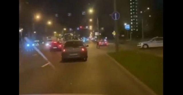 Сотрудникам полиции пришлось задерживать неадекватных девушек на машине
