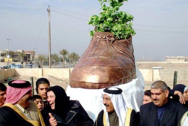 Памятник ботинку, брошенному в Джорджа Буша, в Тикрите, Ирак