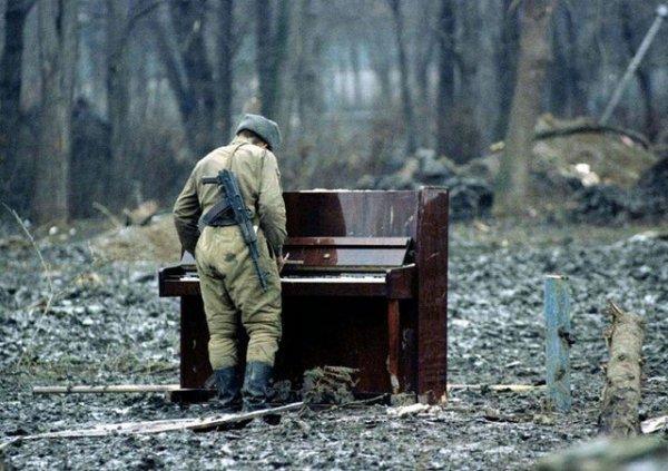 Русский солдат играет на брошенном пианино в Чечне в 1994 году