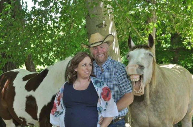 Конь влез в кадр и сделал фотографию супружеской пары смешной и оригинальной