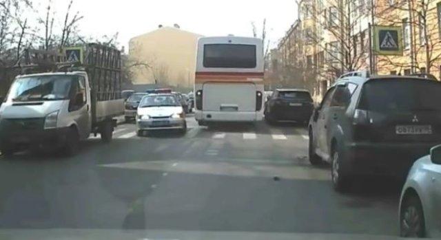 Фейл с участием машины ДПС и автобуса