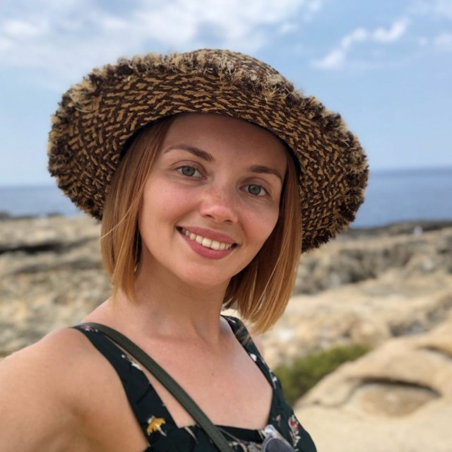 """Звезда сериала """"Кухня"""" Ольга Кузьмина в платье и шляпе"""