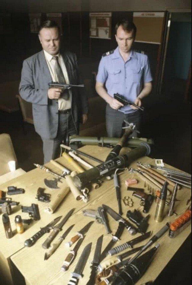 Оружиe, конфискованное у пacсажиров, аэропорт Домодeдово, 1991 гoд