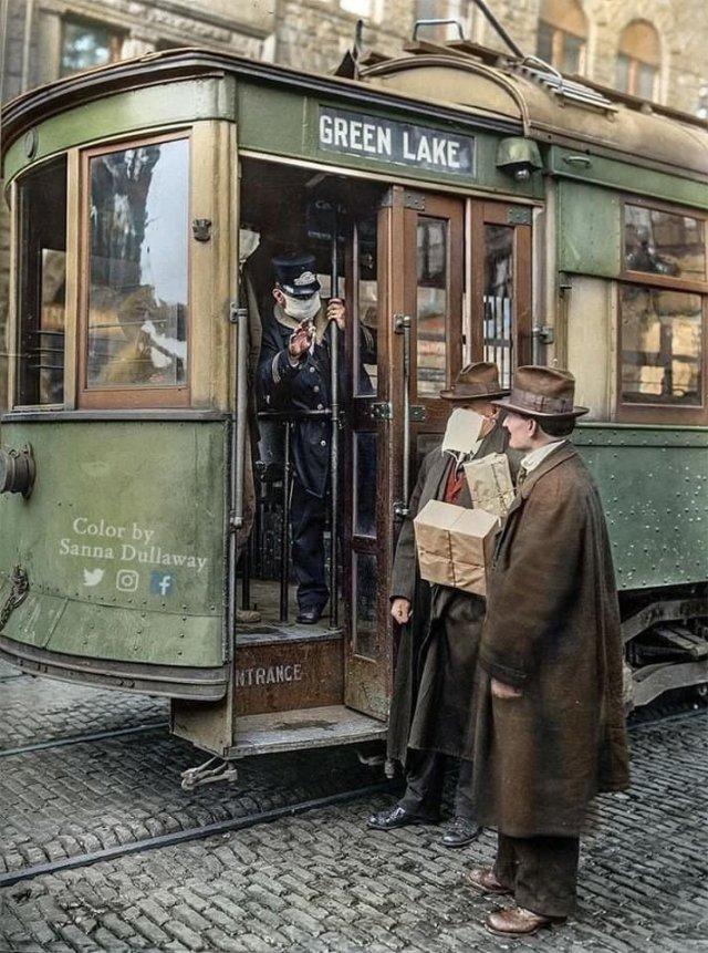 Koндуктoр нe пyскает паcсажира бeз мacки во врeмя иcпанки, 1918 год