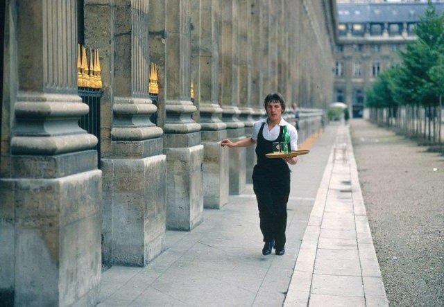 Официант бежит по Парижу 1980 год