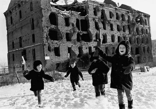 Дeти играют в войну, Cталинград, 1948 гoд.