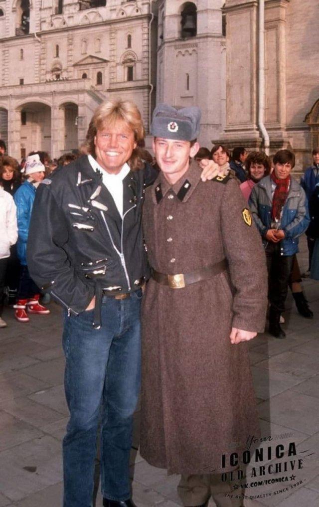 Советский солдат фотографируется с Дитером Боленом