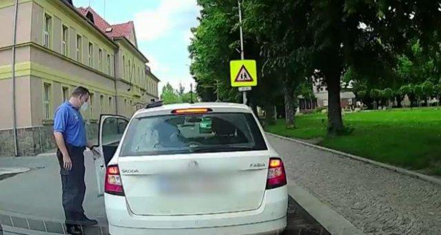 В Чехии женщина оставила сковороду с едой на крыше машины - ей помогли полицейские