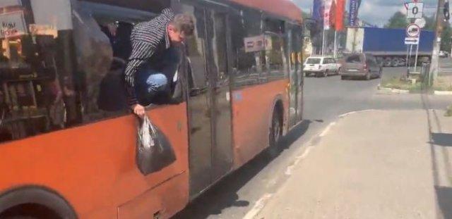 Пьяные пассажиры распылили перцовый баллончик в автобусе - отдельное внимание на комментатора