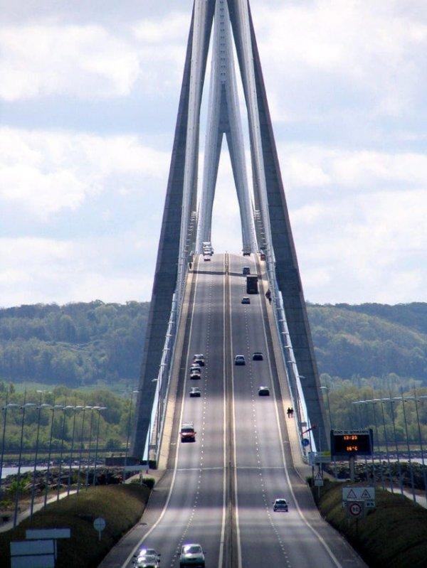 Впечатляющий вид на Мост Нормандии во Франции