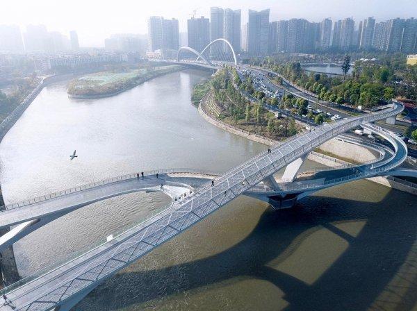 Грандиозный пешеходный мост в китайском городе Чэнду