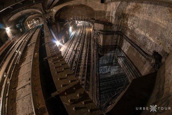 Три линии метро пересекаются друг с другом где-то под Парижской оперой