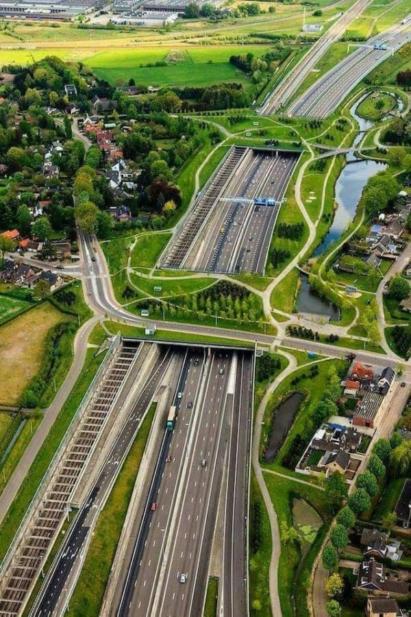 Экодук, железная дорога, шоссе, пешеходные дорожки — всё в одном месте. Бреда, Нидерланды