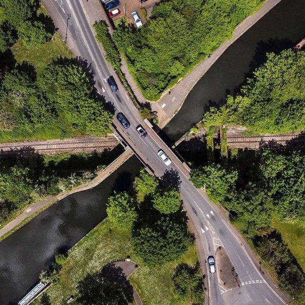 Дорога, располагающаяся над каналом, который в свою очередь расположен над жд путями, Лондон