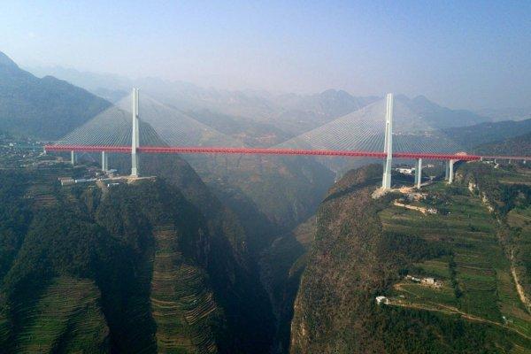 Мост Дугэ в Китае выше всех мостов в мире располагается над пересекаемой преградой