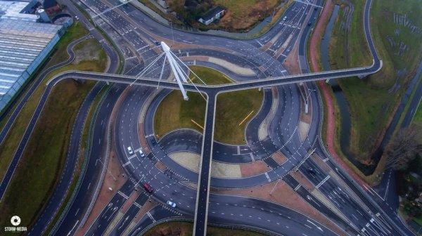 Круговое движение и велосипедный мост в Нидерландах