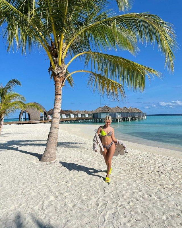 Певица КЛАВА КОКА около пальмы на песке