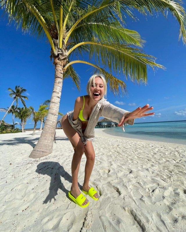 Певица КЛАВА КОКА улыбается на фото на песке