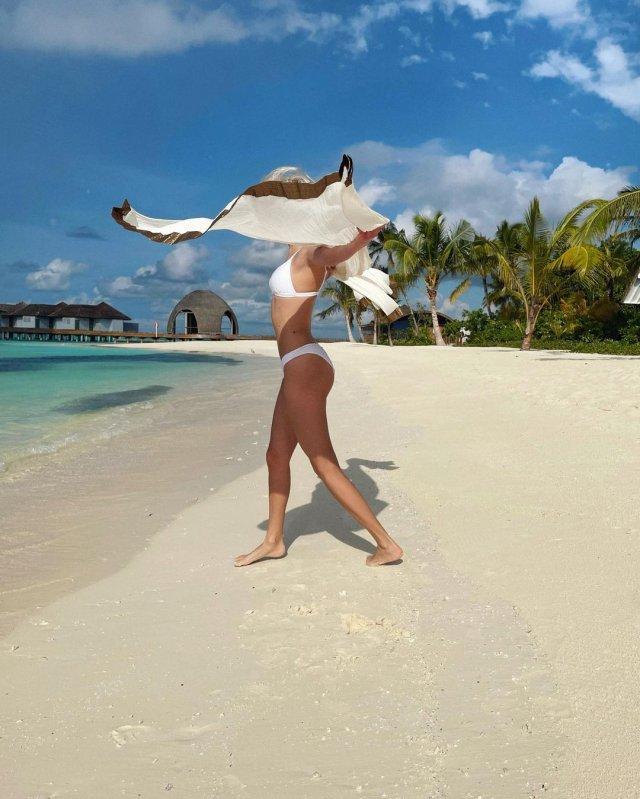 Певица КЛАВА КОКА в белом купальнике на Мальдивах