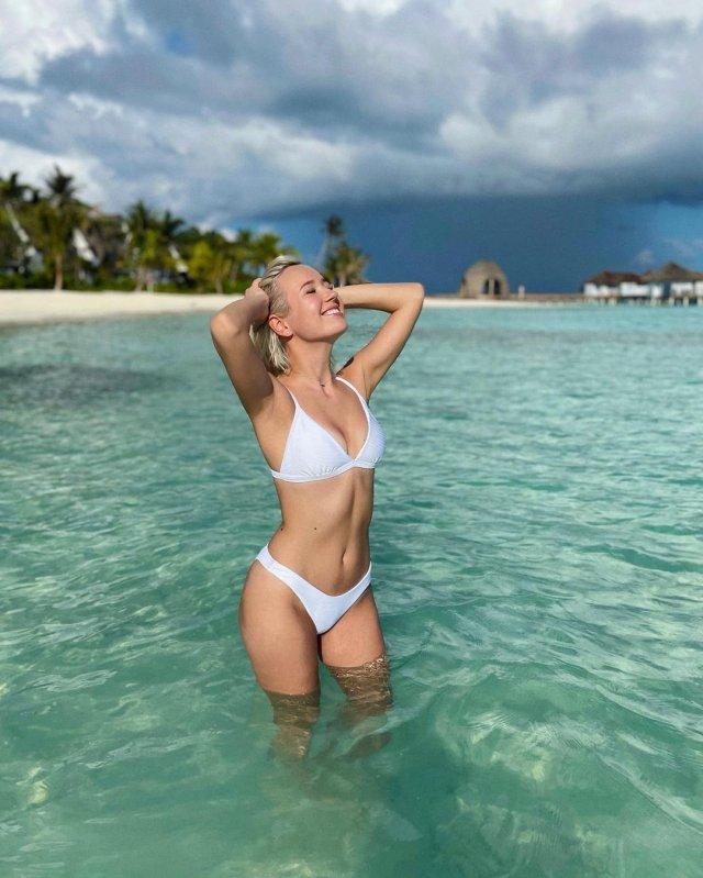 Певица КЛАВА КОКА в белом купальнике в океане