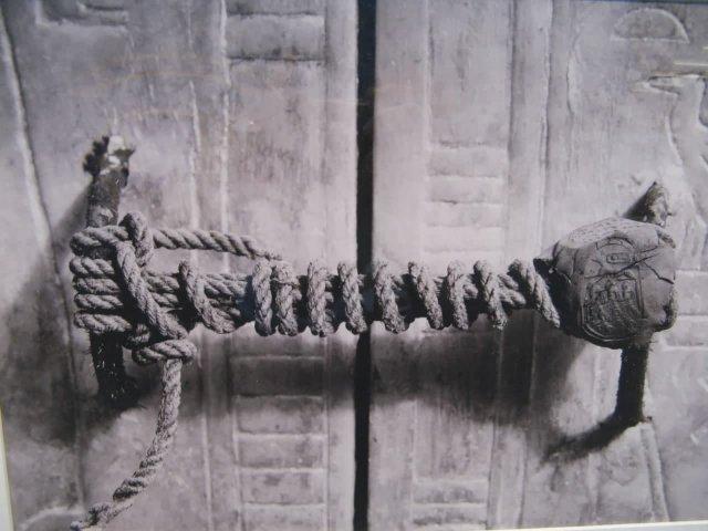 Печать, охраняющая вход в гробницу царя Тутанхамона. Когда это фото было сделано в 1923 году, печать оставалась нетронутой более 3200 лет.