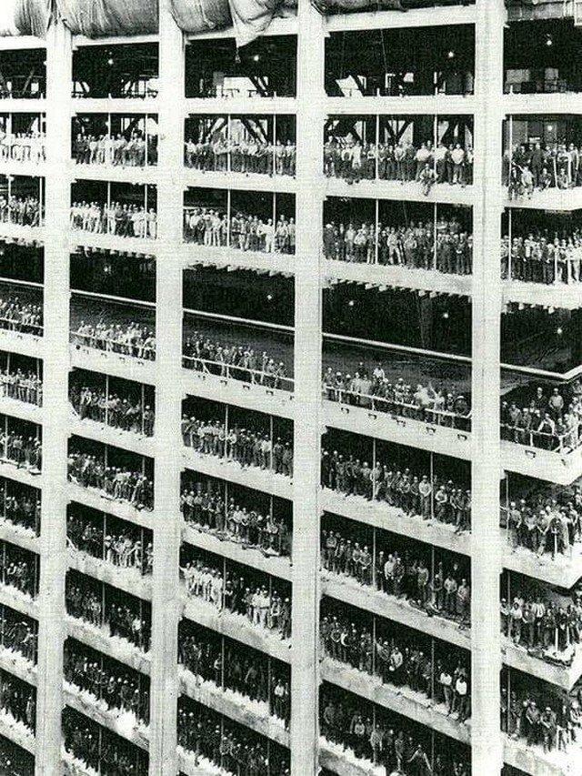 Paбочие позируют во время стpoительства 60-этaжного бaнка Chase Manhattan Bank, 1955 год.