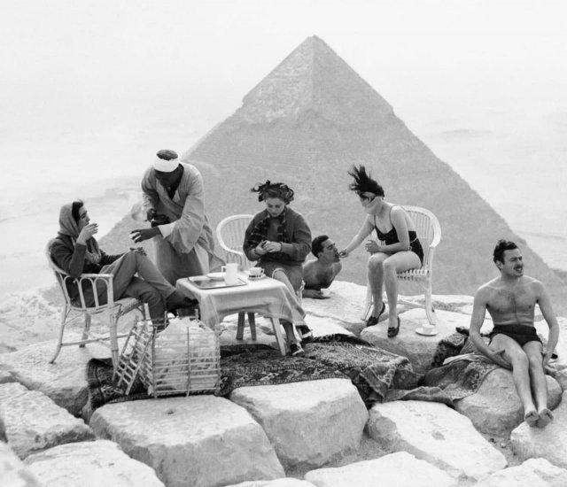 Туристы пьют чай на вершине Великой пирамиды. 1938 год.