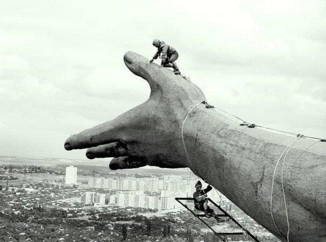 """Стpoительство монумента """"Poдина Мaть"""" Е. В. Вучетича, прообразом скульптуры была «Мapсельеза» на триумфальной арке в Париже, Волгоград. 1959 год"""