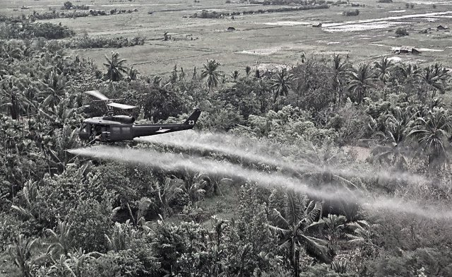 Вертолёт армии США распыляет химическое оружие над джунглями Вьетнама, 1967 г.