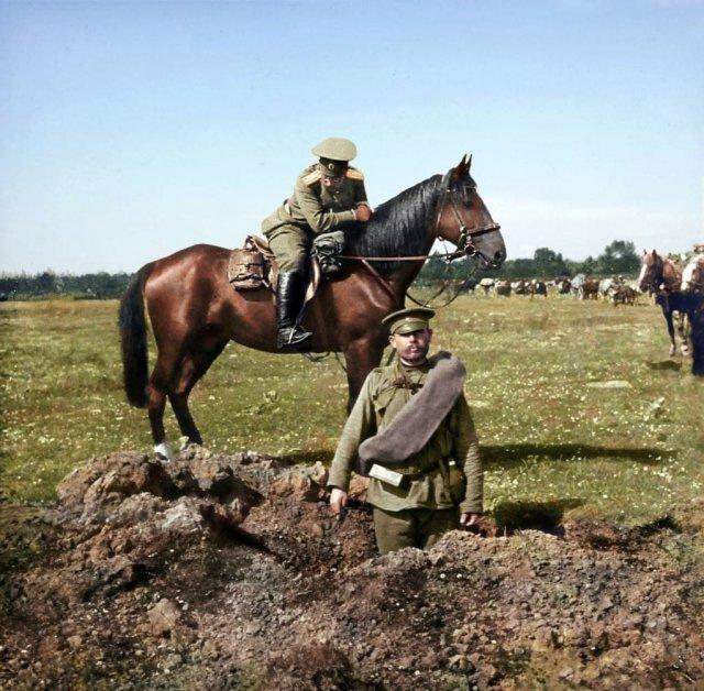 Российский солдат стоит в воронке от снаряда. Первая мировая война, 1914 год.