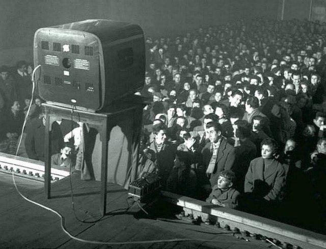 Люди в кинотеатре смотрели фильмы, демонстрируемые по телевизору. 1956 год