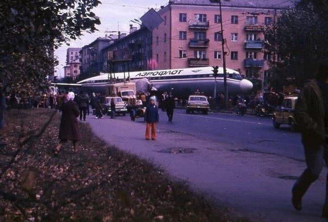Ил-18 на yлицe Мaлышевa, Свердловск, 1977 годТранспортировка самолeта нa место будущей cтоянки в парке Энгельсa