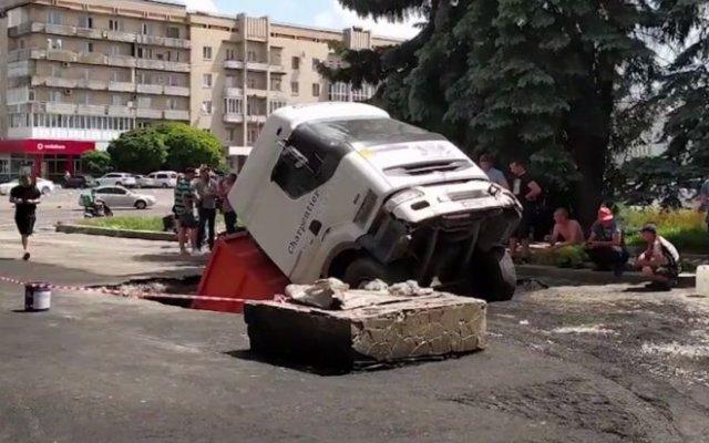 """""""КАМАЗ"""" привез асфальт для ремонта дороги, но ушел под землю"""