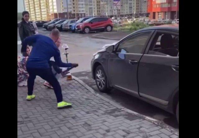 В Челябинске мужчина с ремнем напал трех девушек, курящих кальян