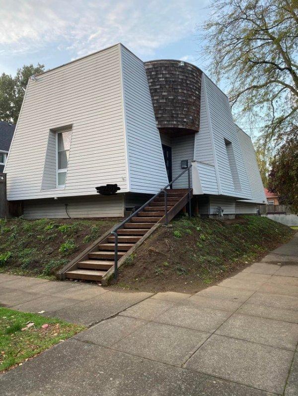 На фоне остальных этот странный домик в Портлэнде смотрится даже вполне нормально