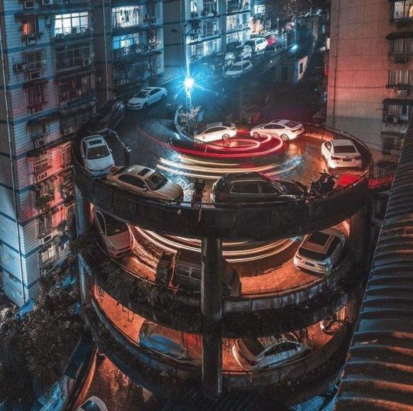 В китайском Чунцине есть жилой комплекс с вот такой круговой дорогой