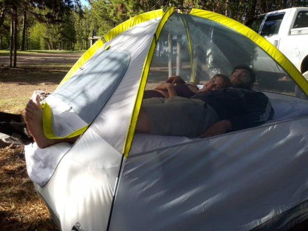 Когда вы положили в палатку матрас, но вы оба чертовски высокие