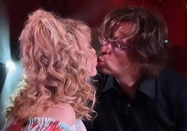 Страстный поцелуй Аллы Пугачевой и Максима Галкина обсуждают в Сети